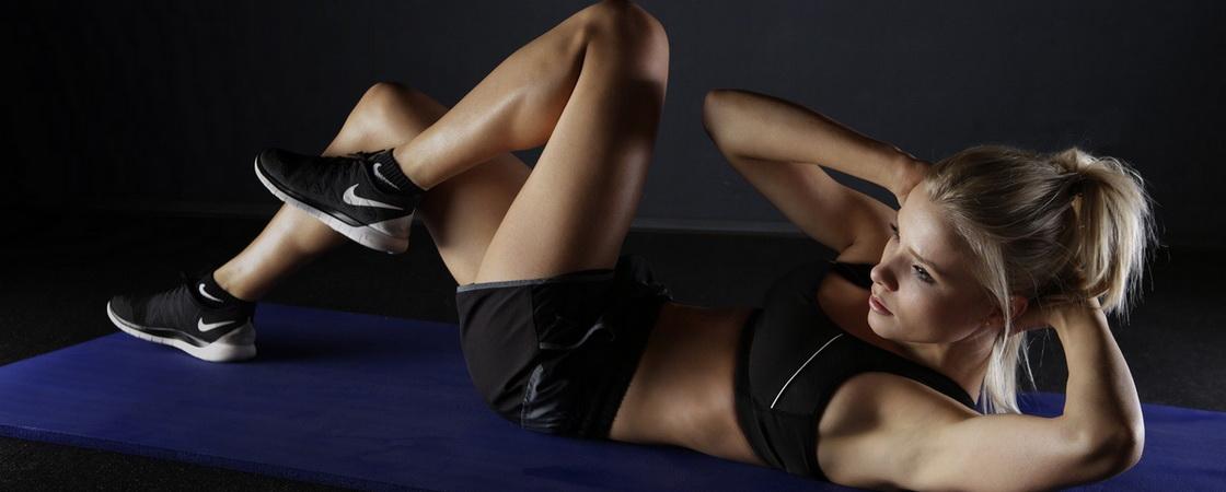 Femeie care face abdomene